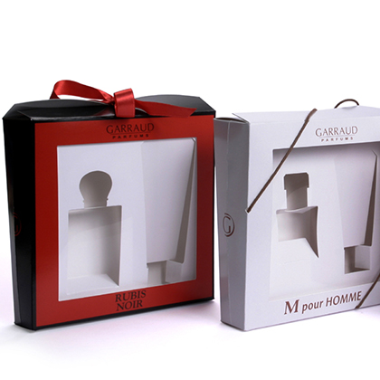 boite trapézoidale avec cale fermée soit par un noeud soit par deux lacets, packaging design, emballage promotionnel, creation coffret, réalisation sur mesure, fabrication etui, conception emballage, packaging parfums